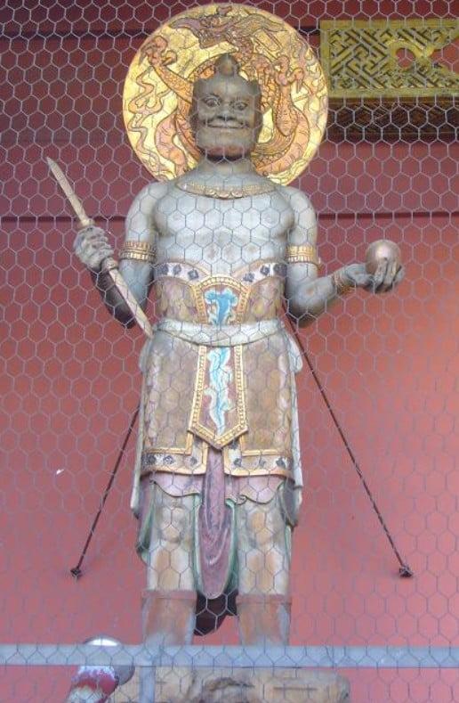 天龍(門に向かって左側、男性像)