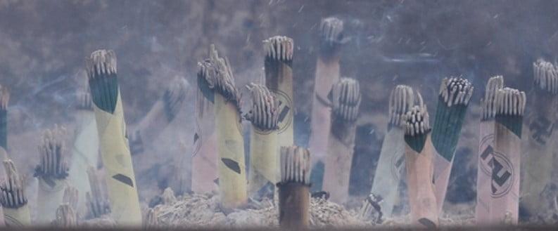 浅草寺の常香炉の近くに「線香売り場」があり、1束100円で購入して自分で焚くことができます。