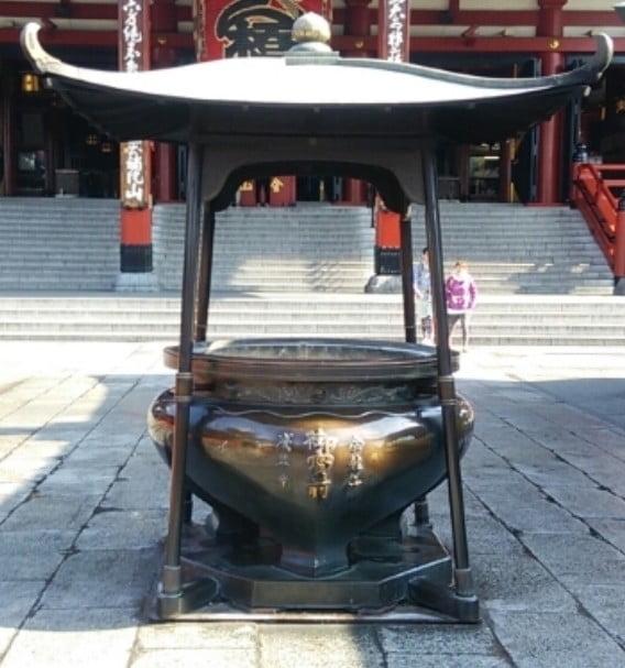 煙の出所は、浅草寺の本堂前の「香炉(こうろ)」です (2)